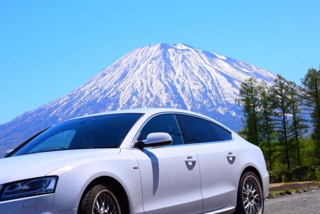 雪山とドライブする白の車